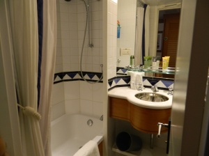 Yes that is a bathtub in a non-suite on a cruise!